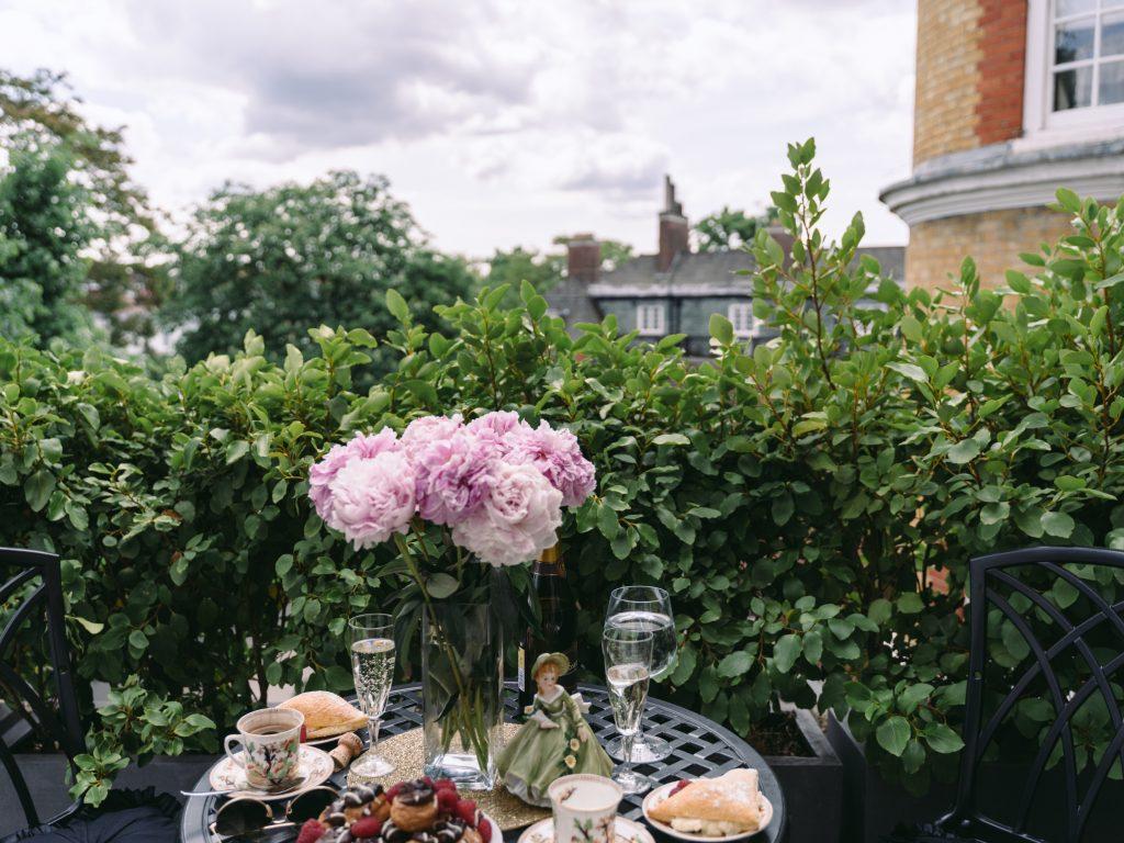 Rengiate vakarėlį lauko terasoje? 6 tvarių dekoracijų idėjos